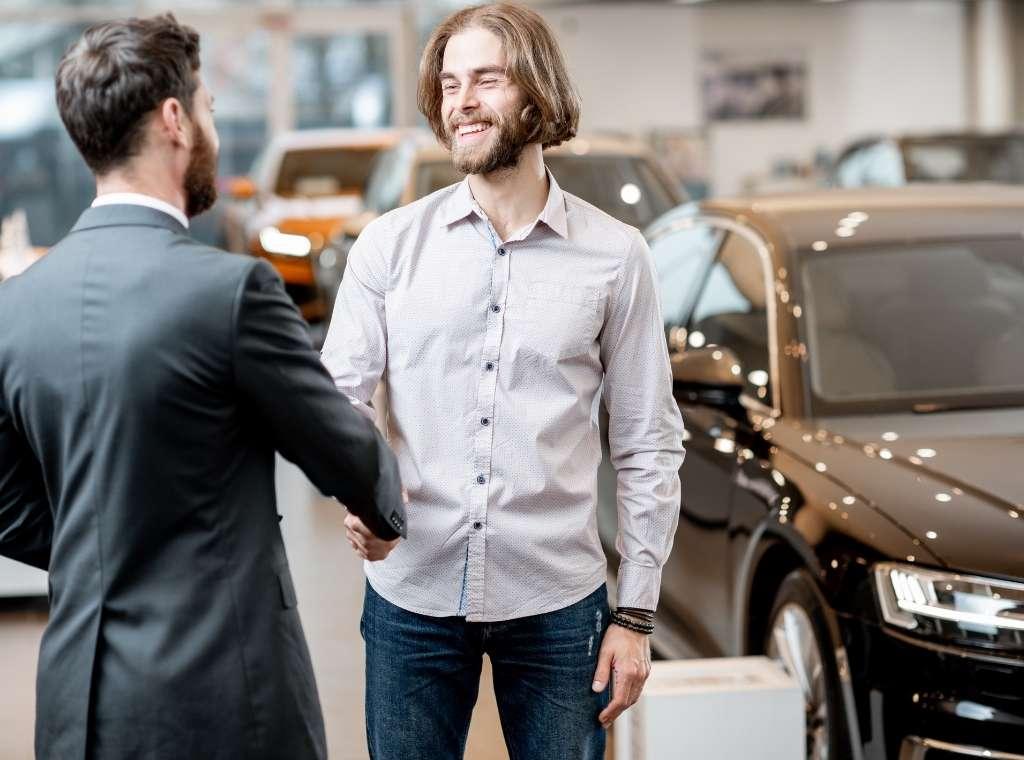 klient wynajmuje samochód długoterminowo