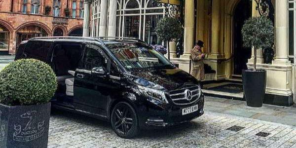 mercedes klasy premium stoi przy hotelu