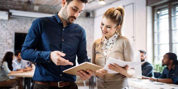 pracownik przedstawia oferty dla klienta do wynajmu