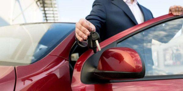 klient odbiera kluczyki do samochodu